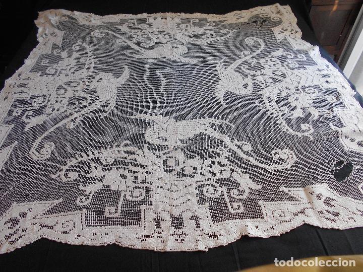Antigüedades: ANTIGUO TAPETE BORDADO EN RED O MALLA, MIDE 138 X 130 CMS.// LEER DESCRIPCION - Foto 5 - 110868243