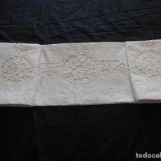 Antigüedades: BONITA SABANA DE ALGODON BORDADA A MANO EN VAINICA Y RICHELIE, MIDE 220 X 168 CMS.. Lote 110873727