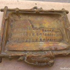 Antigüedades: ANTIGUA BANDEJA - CENICERO DE BRONCE COLISEO - COLOSSEO ROMA. Lote 110908716