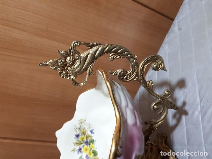 Antigüedades: antiguo centro de mesa de porcelana y bronce. - Foto 3 - 110927759