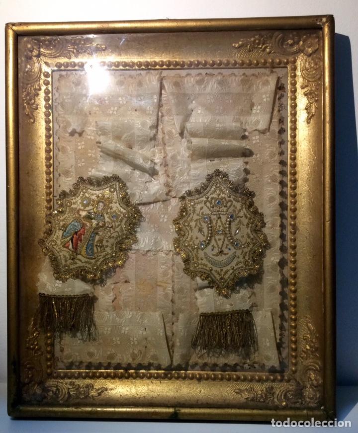ESCAPULARIO ENMARCADO EN SEDA, BORDADO CON HILO DE ORO, PERLAS Y CRISTALES BRILLANTES. S. XIX. (Antigüedades - Religiosas - Escapularios Antiguos)