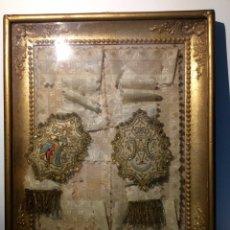 Antigüedades: ESCAPULARIO ENMARCADO EN SEDA, BORDADO CON HILO DE ORO, PERLAS Y CRISTALES BRILLANTES. S. XIX.. Lote 110973054