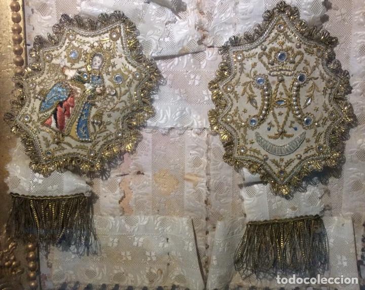 Antigüedades: Escapulario enmarcado en seda, bordado con hilo de oro, perlas y cristales brillantes. S. XIX. - Foto 2 - 110973054