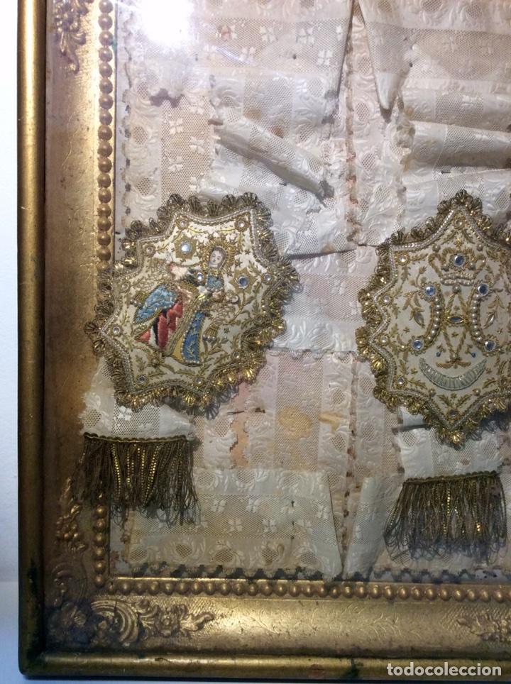 Antigüedades: Escapulario enmarcado en seda, bordado con hilo de oro, perlas y cristales brillantes. S. XIX. - Foto 3 - 110973054