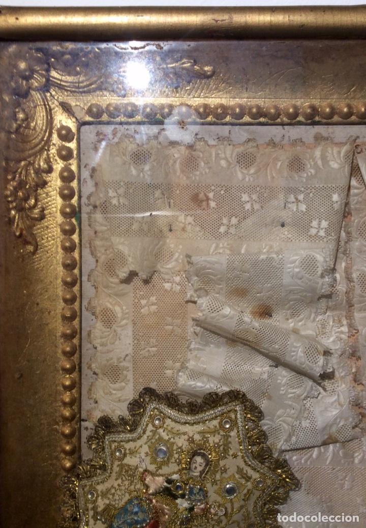 Antigüedades: Escapulario enmarcado en seda, bordado con hilo de oro, perlas y cristales brillantes. S. XIX. - Foto 4 - 110973054