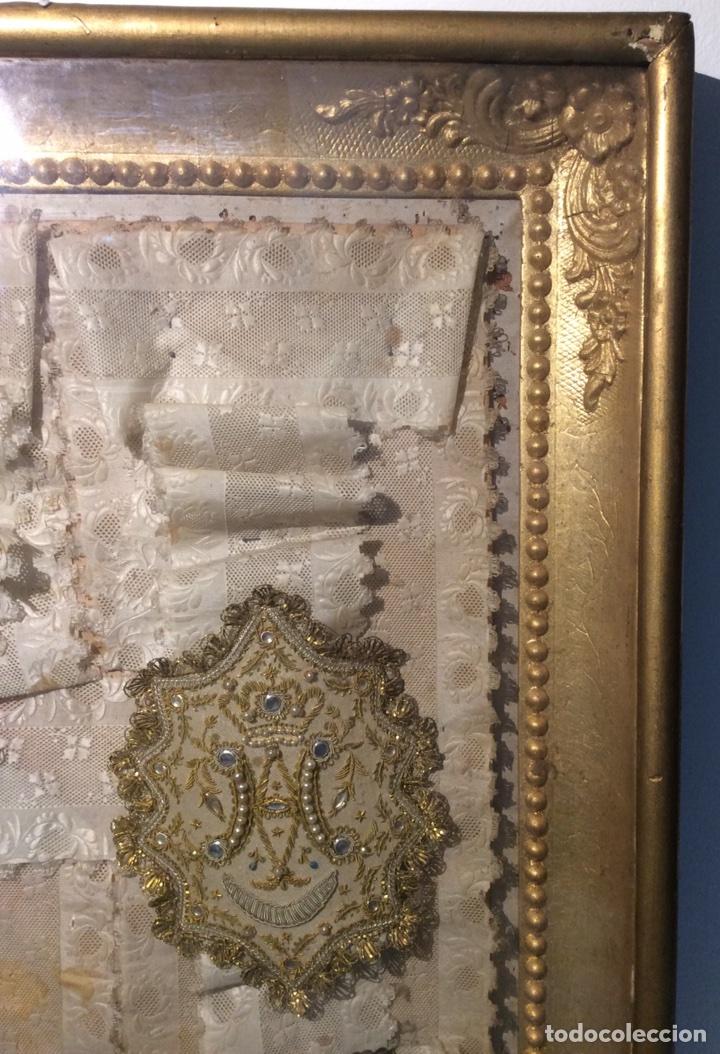 Antigüedades: Escapulario enmarcado en seda, bordado con hilo de oro, perlas y cristales brillantes. S. XIX. - Foto 5 - 110973054