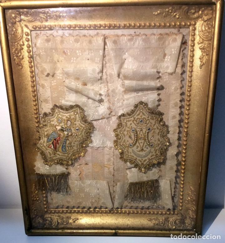 Antigüedades: Escapulario enmarcado en seda, bordado con hilo de oro, perlas y cristales brillantes. S. XIX. - Foto 6 - 110973054