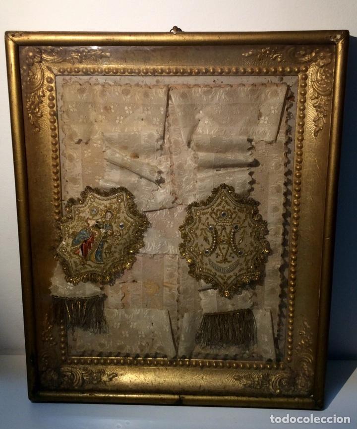 Antigüedades: Escapulario enmarcado en seda, bordado con hilo de oro, perlas y cristales brillantes. S. XIX. - Foto 7 - 110973054