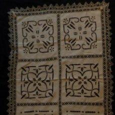 Antigüedades: ANTIGUO MANTEL DE ENCAJE SOBRE LINO S. XIX. Lote 111024227