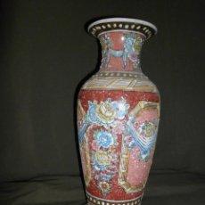 Antigüedades: ANTIGUO JARRÓN CHINO DE PORCELANA VIDRIADA EN RELIEVE. Lote 111043355