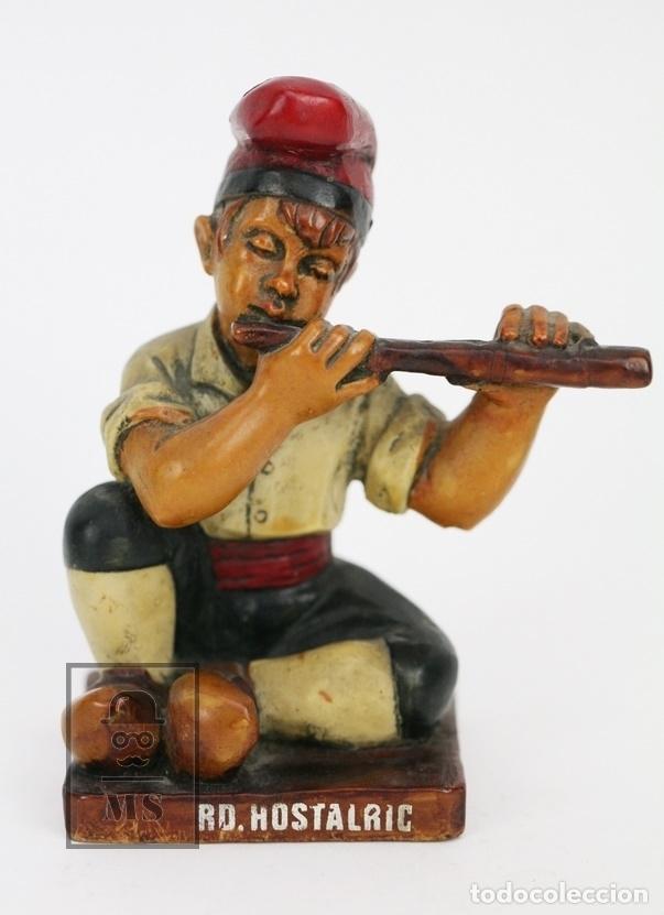 ESCULTURA DE RESINA POLICROMADA - NIÑO CATALÁN CON FLAUTA - RD. HOSTALRICH/HOSTALRIC (Antigüedades - Hogar y Decoración - Otros)