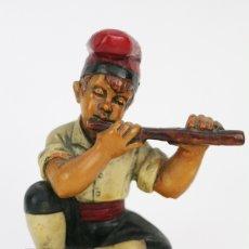 Antigüedades: ESCULTURA DE RESINA POLICROMADA - NIÑO CATALÁN CON FLAUTA - RD. HOSTALRICH/HOSTALRIC. Lote 111083095