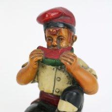 Antigüedades: ESCULTURA DE RESINA POLICROMADA - NIÑO CATALÁN COMIENDO SANDIA - RD. HOSTALRICH/HOSTALRIC. Lote 111083127