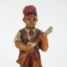 Antigüedades: ESCULTURA DE RESINA POLICROMADA - NIÑO CATALÁN CON ESCOPETA - RD. HOSTALRICH/HOSTALRIC. Lote 111083136