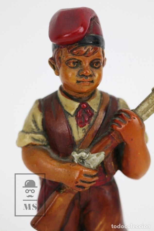 Antigüedades: Escultura de Resina Policromada - Niño Catalán Con Escopeta - RD. Hostalrich/Hostalric - Foto 2 - 111083136