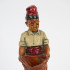 Antigüedades: ESCULTURA DE RESINA POLICROMADA - NIÑO CATALÁN CON SACO - RD. HOSTALRICH/HOSTALRIC. Lote 111083162