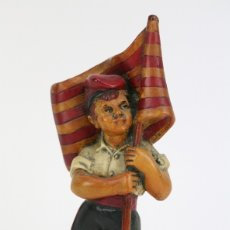 Antigüedades: ESCULTURA DE RESINA POLICROMADA - NIÑO CATALÁN CON BANDERA - RD. HOSTALRICH/HOSTALRIC. Lote 111083176