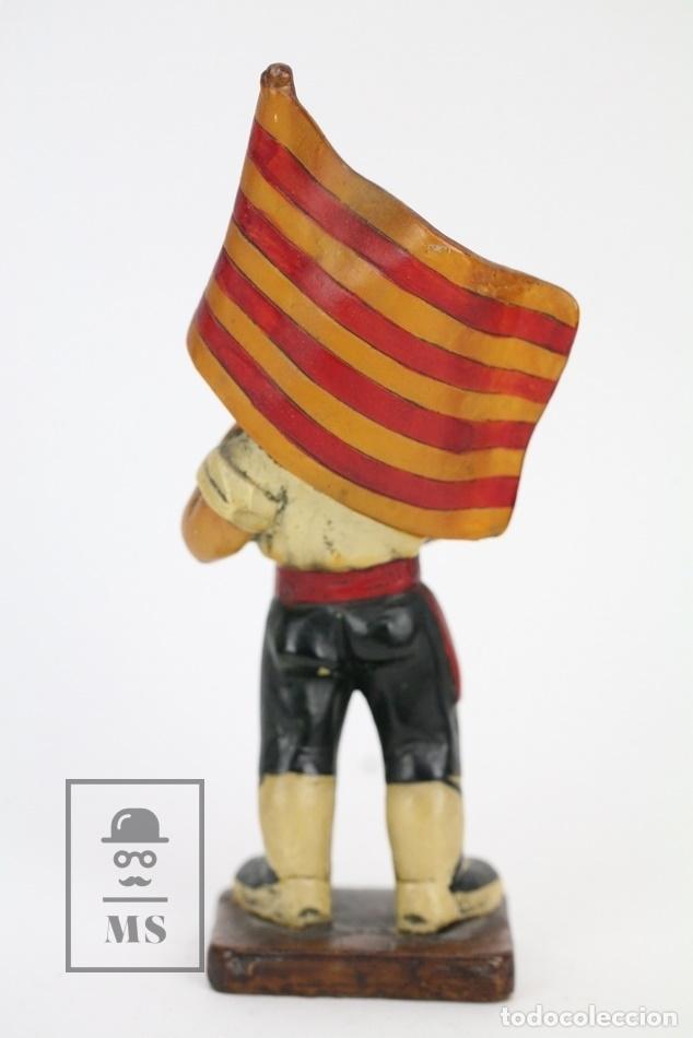 Antigüedades: Escultura de Resina Policromada - Niño Catalán Con Bandera - RD. Hostalrich/Hostalric - Foto 2 - 111083176