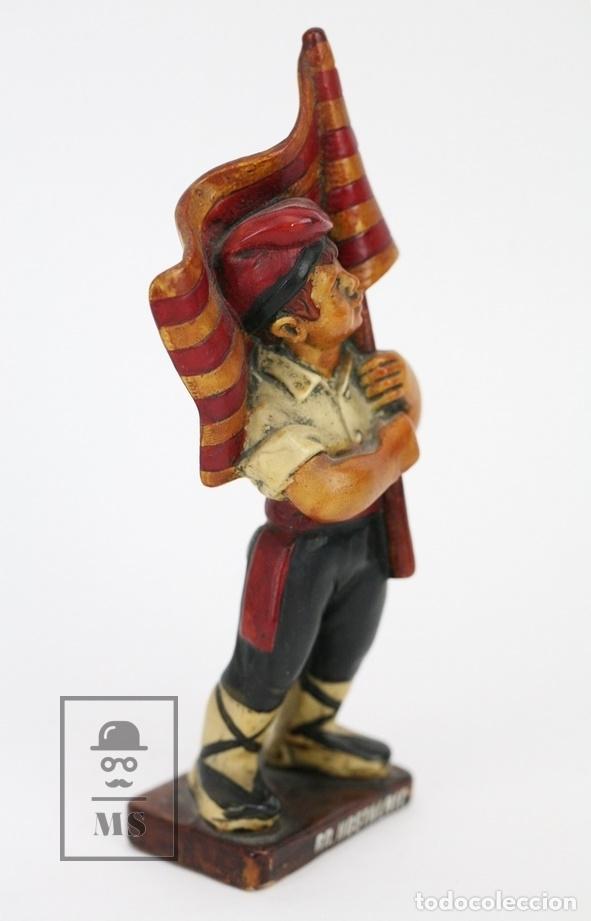 Antigüedades: Escultura de Resina Policromada - Niño Catalán Con Bandera - RD. Hostalrich/Hostalric - Foto 3 - 111083176