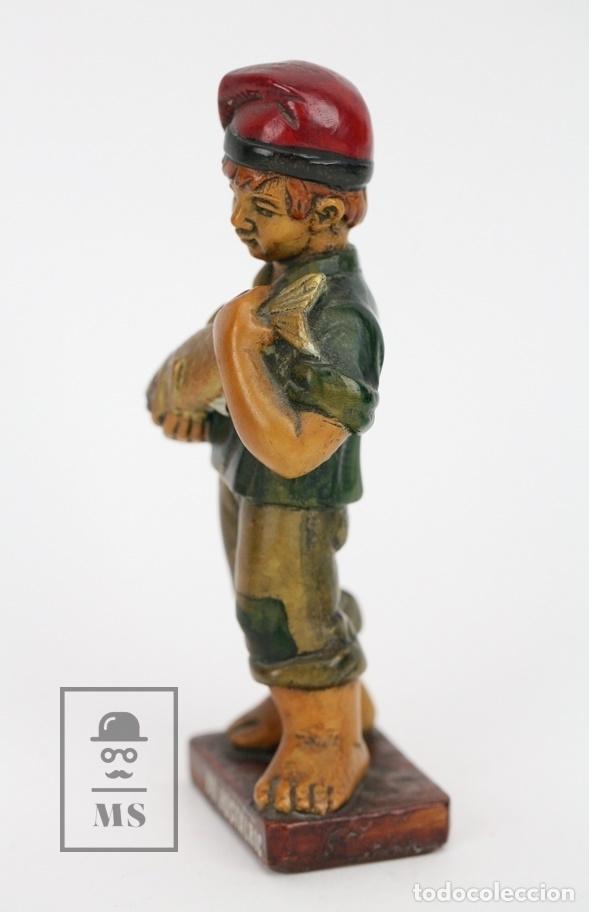 Antigüedades: Escultura de Resina Policromada - Niño Catalán Cogiendo Un Pez - RD. Hostalrich/Hostalric - Foto 2 - 111083198