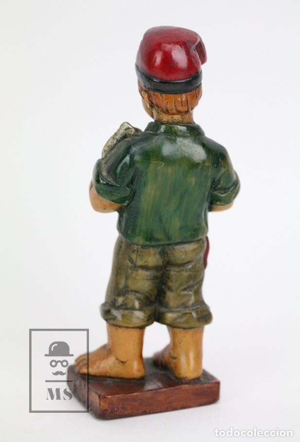 Antigüedades: Escultura de Resina Policromada - Niño Catalán Cogiendo Un Pez - RD. Hostalrich/Hostalric - Foto 3 - 111083198