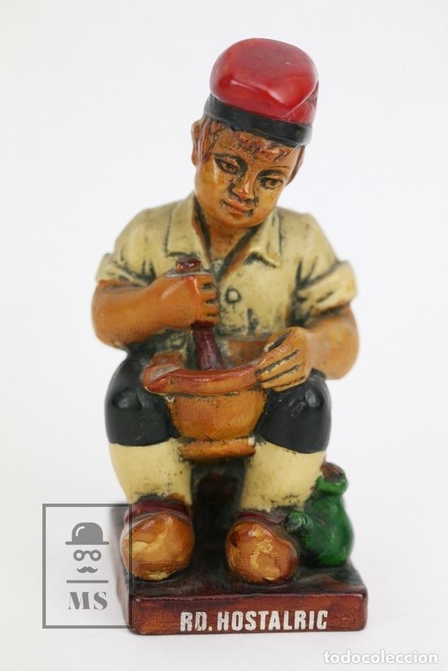 ESCULTURA DE RESINA POLICROMADA - NIÑO CATALÁN CON MORTERO - RD. HOSTALRICH/HOSTALRIC (Antigüedades - Hogar y Decoración - Otros)