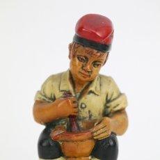 Antigüedades: ESCULTURA DE RESINA POLICROMADA - NIÑO CATALÁN CON MORTERO - RD. HOSTALRICH/HOSTALRIC. Lote 111083226