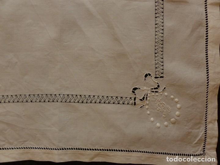 Antigüedades: ANTIGUO TAPETE DE LINO - BORDADO DE DIFERENTES VAINICAS Y ENCAJES S.XIX - Foto 3 - 111094515