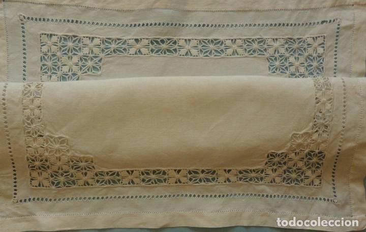 ANTIGUO TAPETE DE LINO - BORDADO DE DIFERENTES VAINICAS Y ENCAJES S.XIX (Antigüedades - Hogar y Decoración - Tapetes Antiguos)