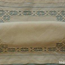 Antigüedades: ANTIGUO TAPETE DE LINO - BORDADO DE DIFERENTES VAINICAS Y ENCAJES S.XIX. Lote 111094767