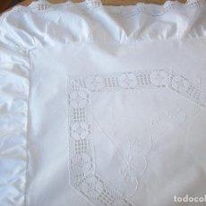 Antigüedades: CUADRANTE ANTIGUO EN HILO BORDADO A MANO Y REMATADO CON ENCAJE DE BOLILLOS. MUY BUEN ESTADO . Lote 111129575