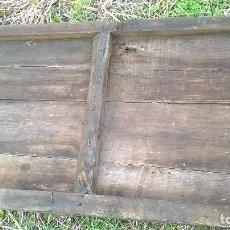 Antigüedades: ANTIGUA PUERTA DE CASTAÑO CON OJO DE BUEY GRAN TAMAÑO. CLAVOS DE FORJA. Lote 111196167