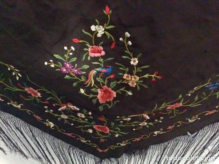 Antigüedades: Mantón de Manila de seda muy fina con bordados a mano de motivos florales y aves. Principios S. XX - Foto 2 - 111232192