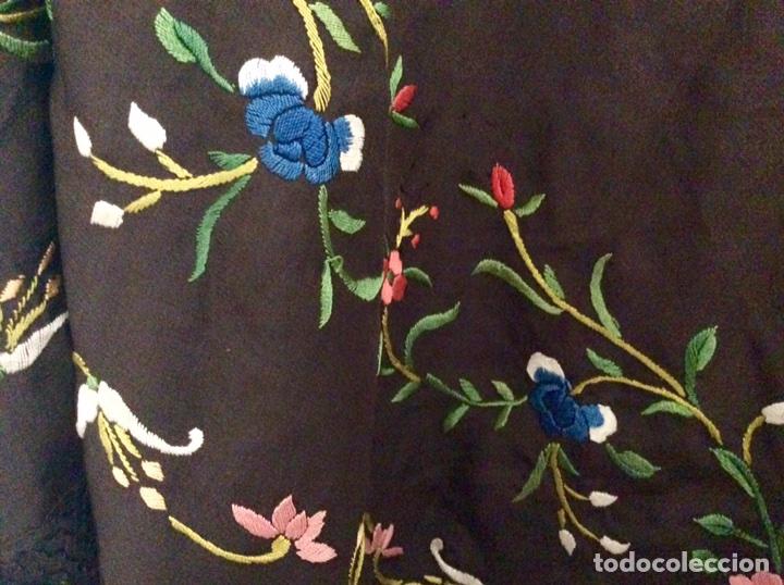 Antigüedades: Mantón de Manila de seda muy fina con bordados a mano de motivos florales y aves. Principios S. XX - Foto 3 - 111232192