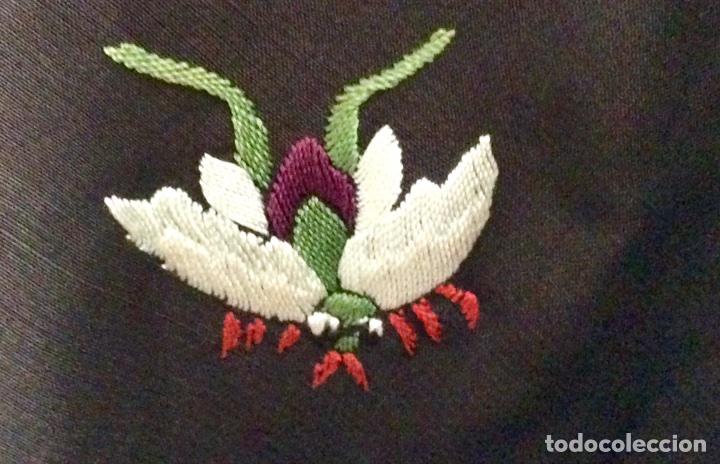 Antigüedades: Mantón de Manila de seda muy fina con bordados a mano de motivos florales y aves. Principios S. XX - Foto 4 - 111232192