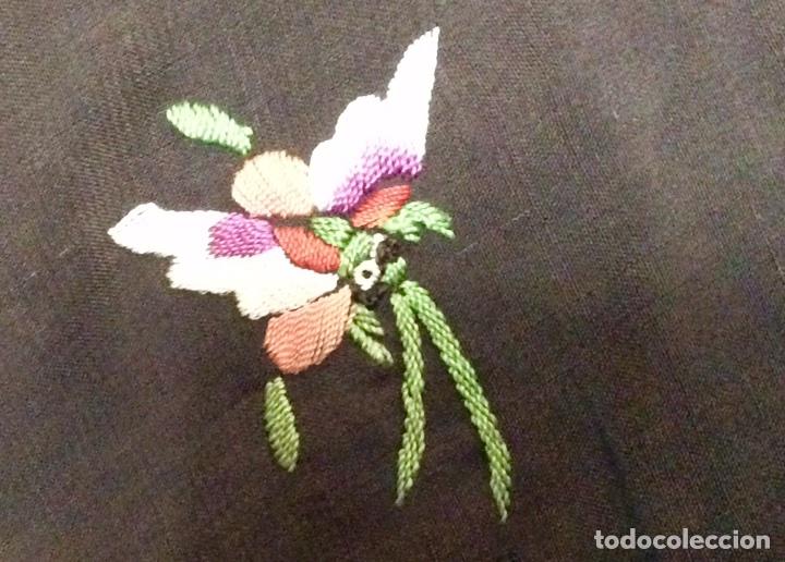 Antigüedades: Mantón de Manila de seda muy fina con bordados a mano de motivos florales y aves. Principios S. XX - Foto 5 - 111232192