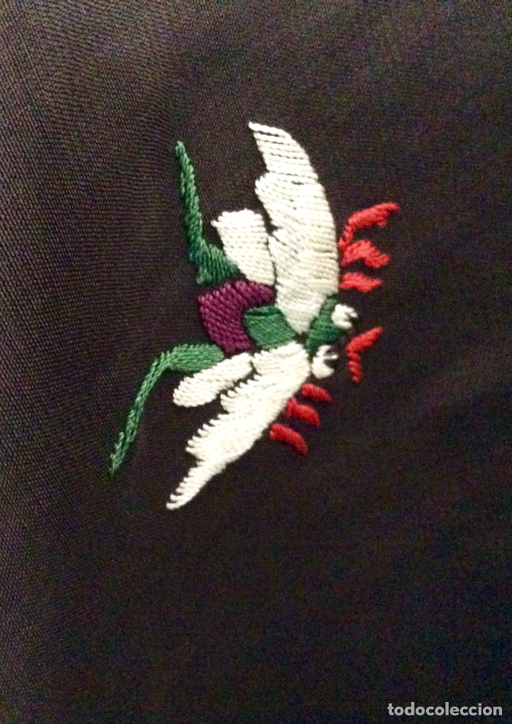 Antigüedades: Mantón de Manila de seda muy fina con bordados a mano de motivos florales y aves. Principios S. XX - Foto 6 - 111232192