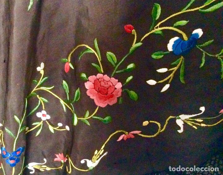 Antigüedades: Mantón de Manila de seda muy fina con bordados a mano de motivos florales y aves. Principios S. XX - Foto 7 - 111232192