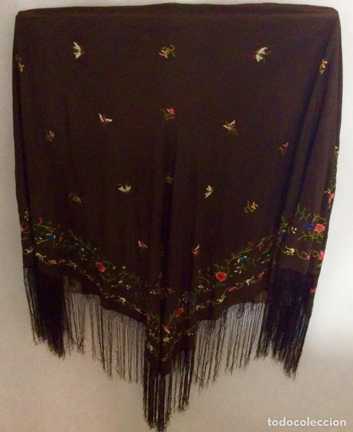 Antigüedades: Mantón de Manila de seda muy fina con bordados a mano de motivos florales y aves. Principios S. XX - Foto 8 - 111232192