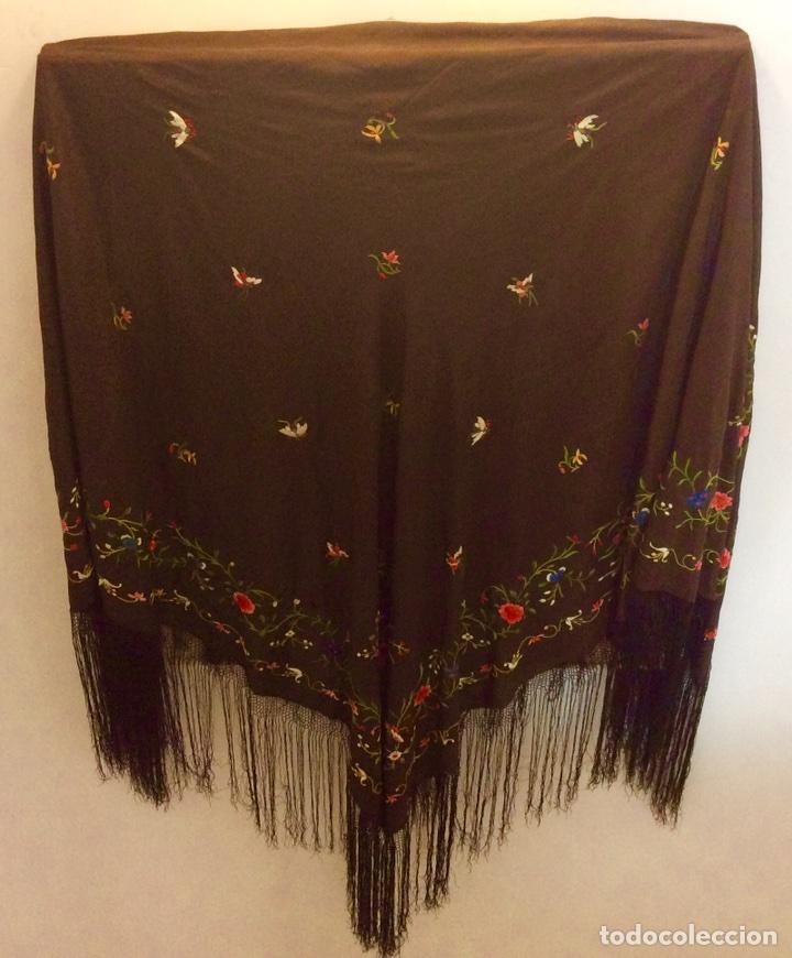 Antigüedades: Mantón de Manila de seda muy fina con bordados a mano de motivos florales y aves. Principios S. XX - Foto 9 - 111232192
