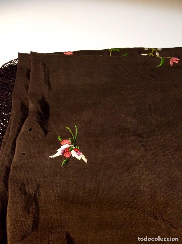 Antigüedades: Mantón de Manila de seda muy fina con bordados a mano de motivos florales y aves. Principios S. XX - Foto 10 - 111232192
