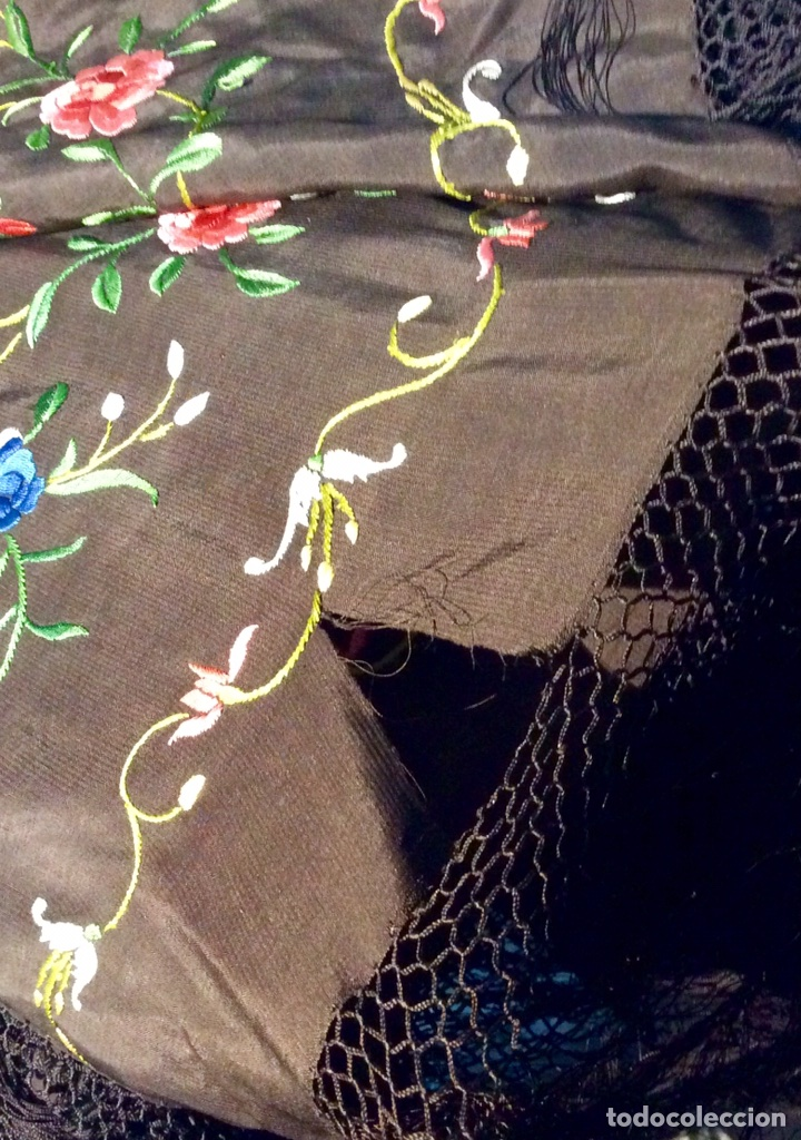 Antigüedades: Mantón de Manila de seda muy fina con bordados a mano de motivos florales y aves. Principios S. XX - Foto 11 - 111232192