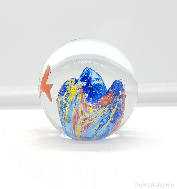 Antigüedades: Bello pisapapeles antiguo en cristal de murano con pez naranja y arrecife multicolor . - Foto 2 - 111258299