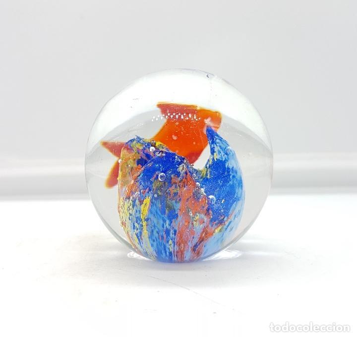 Antigüedades: Bello pisapapeles antiguo en cristal de murano con pez naranja y arrecife multicolor . - Foto 3 - 111258299