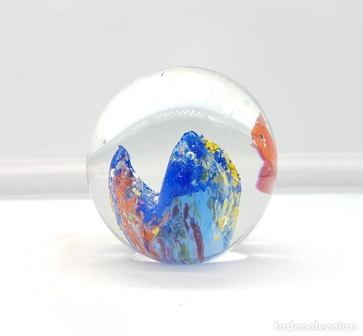 Antigüedades: Bello pisapapeles antiguo en cristal de murano con pez naranja y arrecife multicolor . - Foto 4 - 111258299