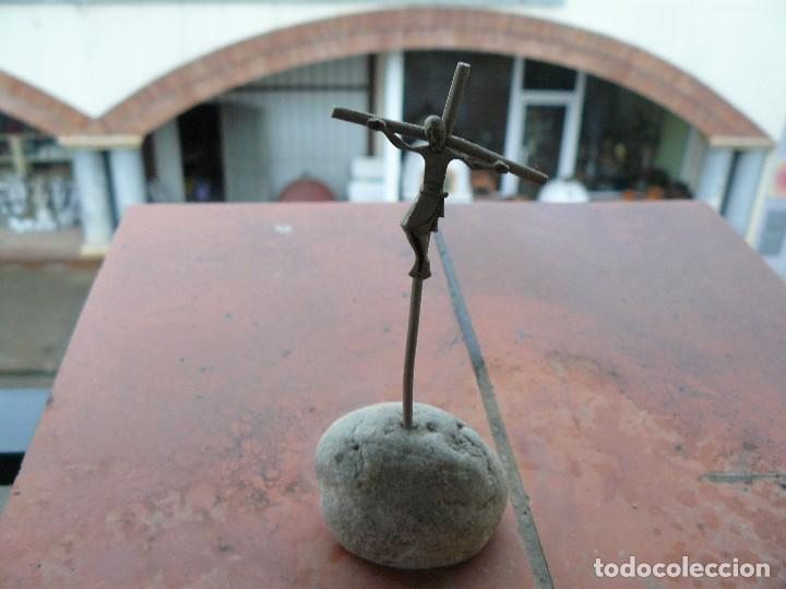 CRUZ DE PLATA SOBRE PIEDRA NATURAL (Antiquitäten - Religiöse - Antike Kreuze)
