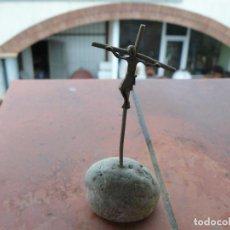 Antigüedades: CRUZ DE PLATA SOBRE PIEDRA NATURAL. Lote 111271379