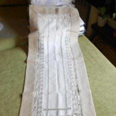 Antigüedades: PRECIOSO CAMINO DE MESA O MUEBLE. 50 X 130 CM. TONOS BEIGE. NUEVO. Lote 111318955