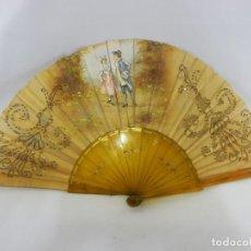 Antigüedades: ABANICO 1890 PINTADO A MANO EN ASTA Y BORDADO CON HILOS DE ORO, ESCENA CORTESANA. Lote 111327299