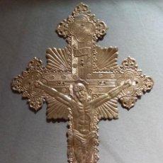 Antigüedades: SIGLO XX, CRUZ EN CARTULINA ORO GOFRADA.. Lote 111333503